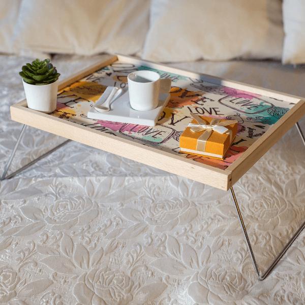 vassoio-letto-legno-computer-laptop-colazione-particolare (1)